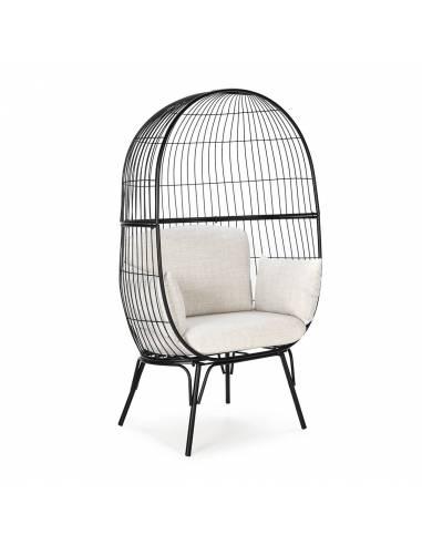 Original y llamativo sillón semicerrado con estructura de metal y cojines de lino.