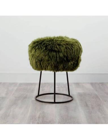 Este elegante taburete con patas de metal se combina con un asiento de piel de oveja suave otorgándole calidez y confort